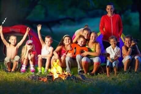 Barn og voksne som er på telttur