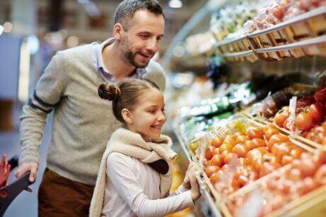 En far og datter i matbutikken