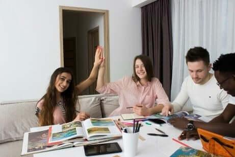 En gjeng studenter som studerer sammen