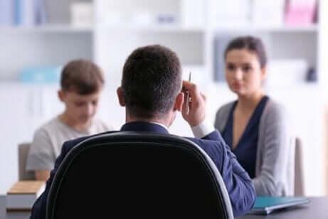En lærer som snakker med en mor og et barn