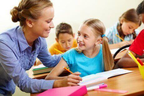 Gode lærere er alltid blide og klare til å hjelpe elevene til å lære.