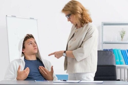 Hva du kan gjøre hvis barnet ditt snakker tilbake til lærerne sine