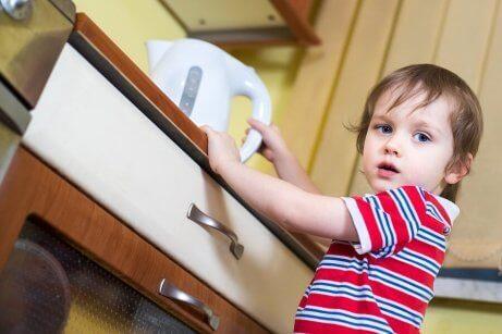 Hva du skal gjøre hvis barnet ditt brenner seg på kjøkkenet