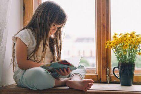 Jente med leseproblemer som leser en bok.