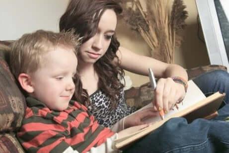 Tenåring som hjelper et barn med leseproblemer.