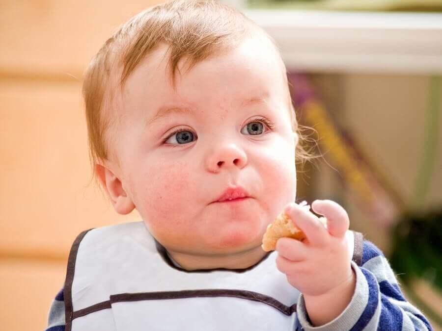 Når bør man introdusere korn i babyens kosthold?