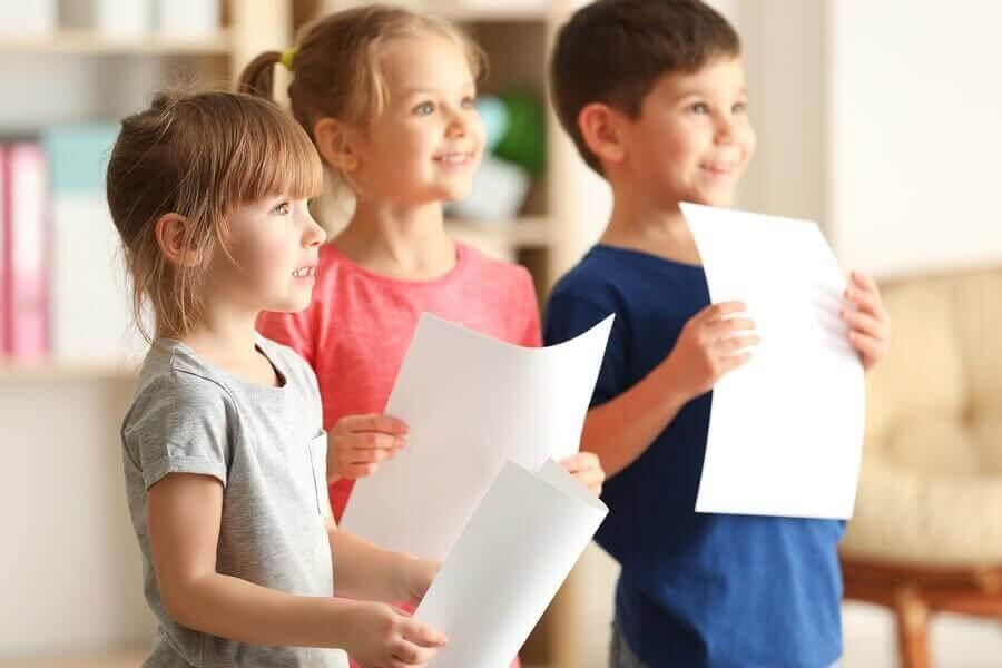 Hjelp barn med å overvinne frykten for å snakke offentlig