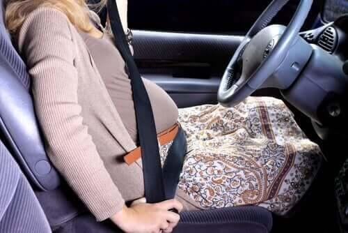 Er det trygt å bruke sikkerhetsbelte når man er gravid?