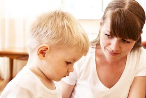 Hvordan hjelpe barn med å overvinne frykten for å snakke offentlig