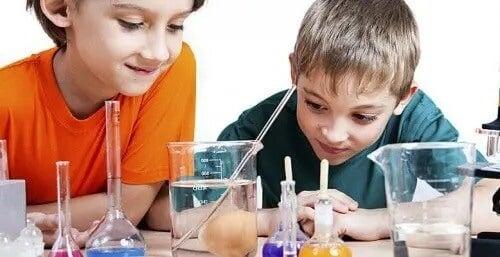 4 eksperimenter du kan gjøre hjemme med barna