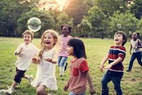 Langsiktige fordeler med vennskap i barndommen