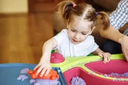 Formbar sand for barn: en sanselek