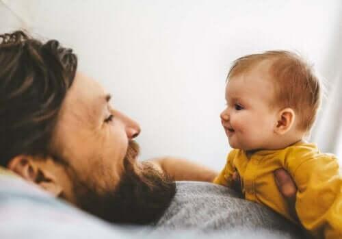 En far som snakker med babyen sin