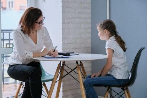 En lærer som snakker med en elev
