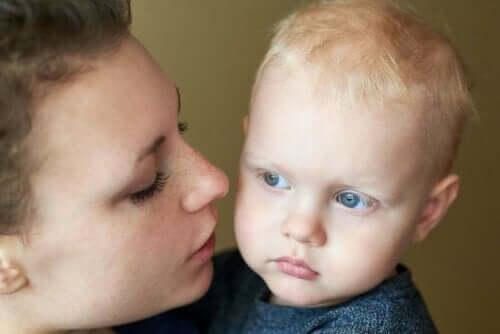 En mor som snakker med barnet sitt