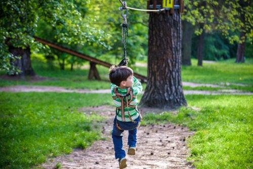 Et barn som henger i en huske