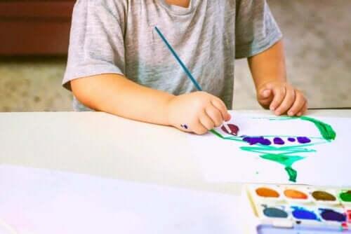 Et barn som maler