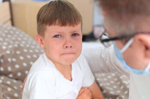 Fire tips for å hjelpe barnet ditt med å overvinne legeskrekk
