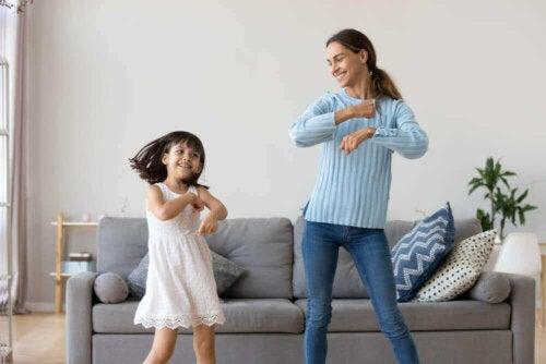 Mor og datter som danser sammen