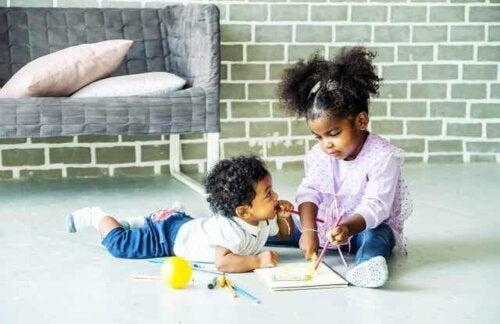 To små barn som leker
