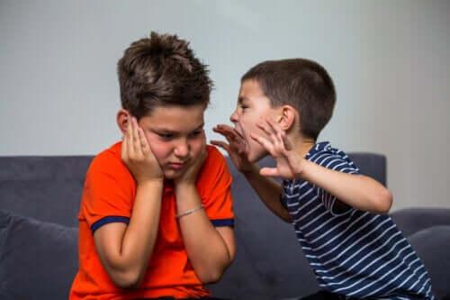 Aggressiv oppførsel hos små barn: Hva bør du gjøre?