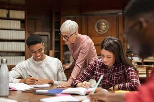 Hvordan oppmuntre studenter til akademisk selvoppfatning