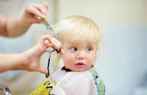 Hvordan klippe babyens hår?