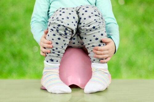 Hvit avføring hos babyer og barn: Årsaker og behandling