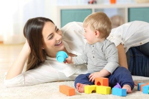 Hvordan leke med babyen din